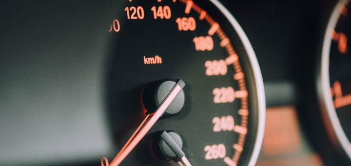chuttersnap gts Eh4g1lk unsplash 720x340 - Lær børn at køre i elbil